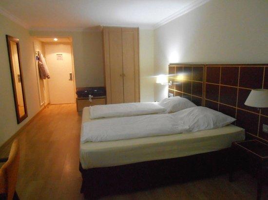 Hotel Regent: HABITACION AMPLIA CON DECORACION SOBRIA