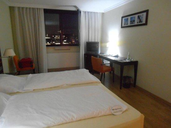 Hotel Regent: VENTANAL, ESCRITORIO, MINIBAR Y TV DE CAJA
