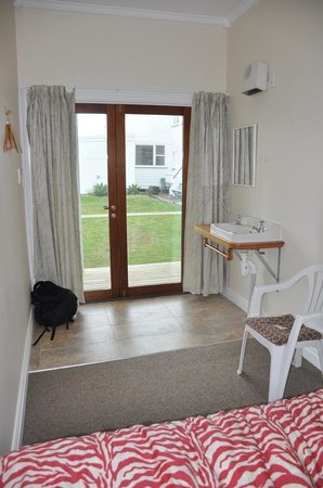 Commercial Hotel: Cottage room interior