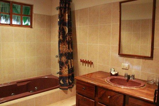 Sol y Luna Lodge: The bathroom