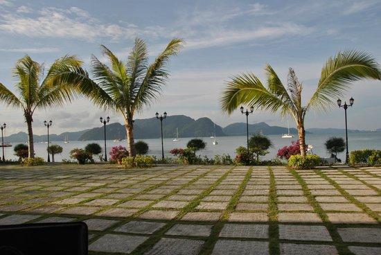 Bella Vista Waterfront Resort & Spa Langkawi: Open ground by the sea