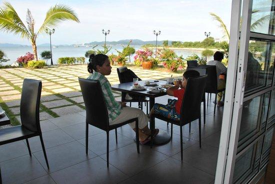 Bella Vista Waterfront Resort & Spa Langkawi: Breakfast by the sea
