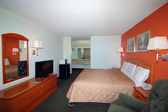 Budget Host Inn: King Bedroom