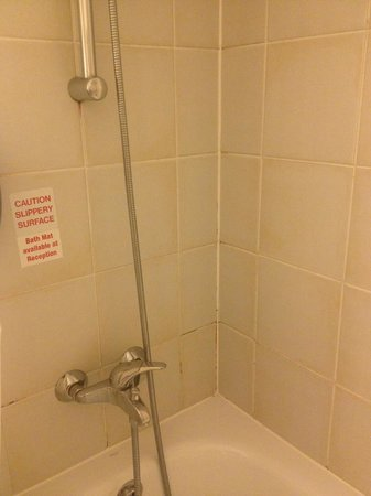 Premiere Classe Coventry Hotel: The Shower didnt look like it had been cleaned for years