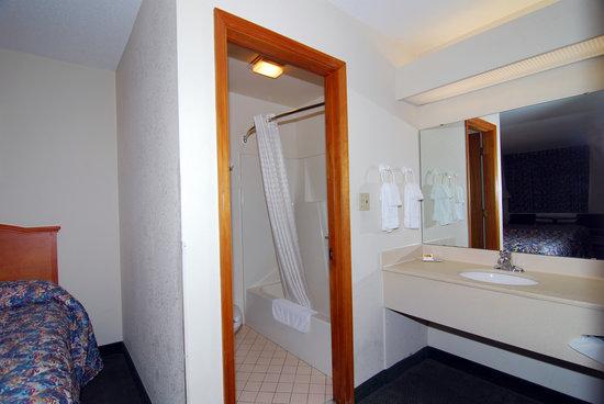 Budget Host Inn: Clean Bathroom