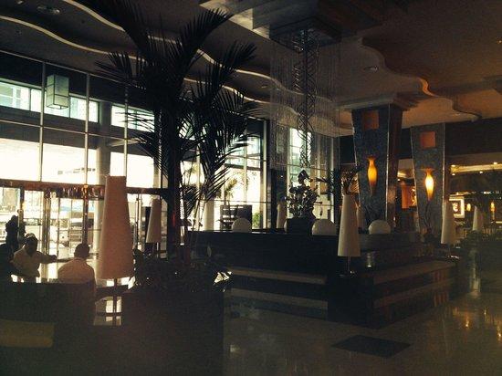 Hotel Riu Plaza Panama : Sad lobby