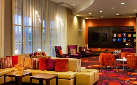 Courtyard Syracuse Downtown at Armory Square: Modern and Open Lobby and Lounge