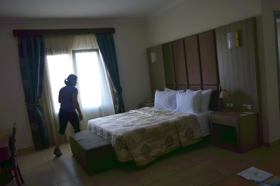 Astro Palace Hotel and Suites: Bed