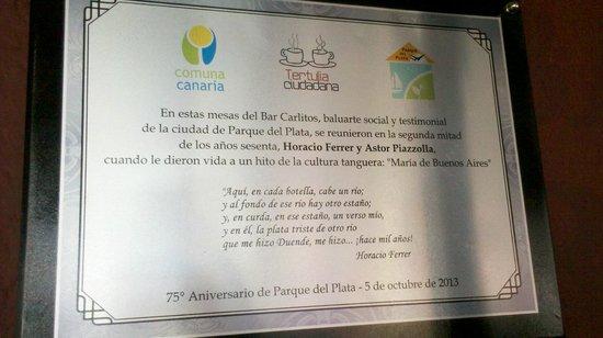 Bar y pizzeria Carlitos: Placa conmemorativa ubicada en Bar Carlitos de Parque del Plata - Uruguay