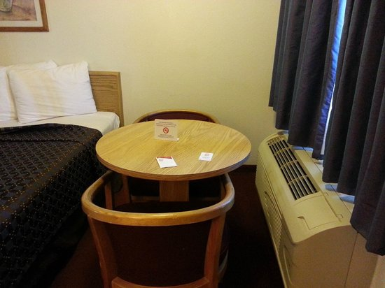 Red Roof Inn Corpus Christi South : Small table with two chairs