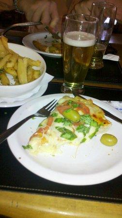 La Esquina: Pizza margarita, con cerveza y papas a la provenzal! ♥