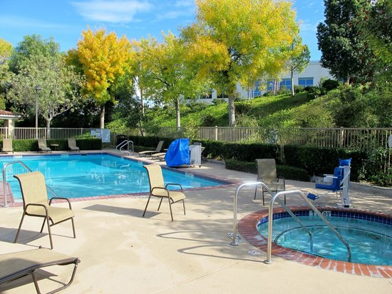 Holiday Inn Express Hotel & Suites Santa Clarita: Pool and Jacuzzi area in the morning.  It's well maintained.