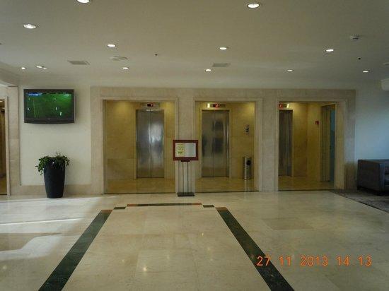 Jerusalem Gardens Hotel & Spa: Лифты в фойе