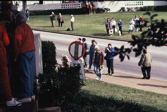 Dealey Plaza National Historic Landmark District : View from the picket fence to fatal shot site