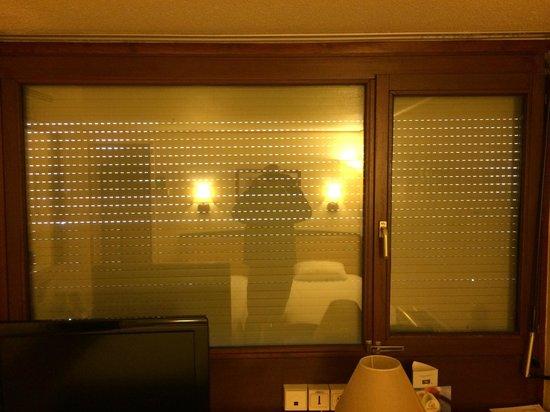 Campanile Besancon Ouest - Chateaufarine : Fenêtre sans rideaux donnant sur la coursive !