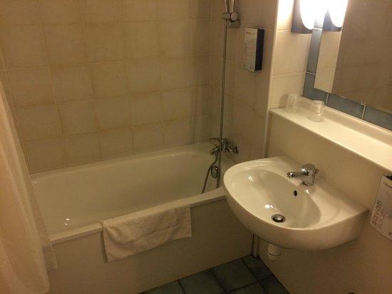 Campanile Besancon Ouest - Chateaufarine : La salle de bains