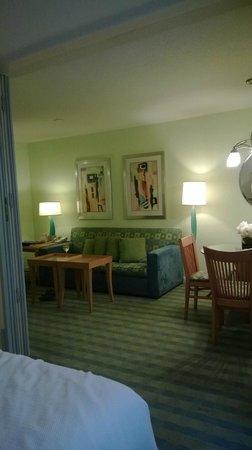 Solara Surfside Resort: Bedroom view towards livingroom