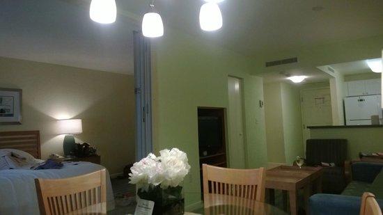 Solara Surfside Resort: Dining table looking towards bedroom and kitchen