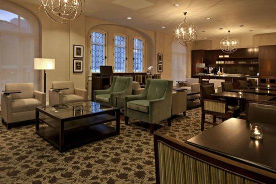 Delta Hotels Bessborough: Club Floor Lounge