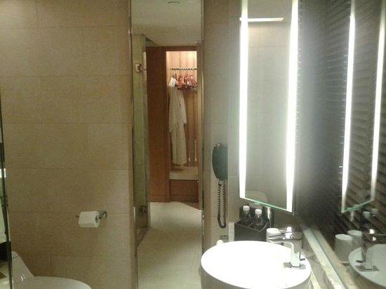 Renaissance Hong Kong Harbour View Hotel: Проходная ванная