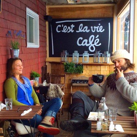 C'est la vie café : le bonheur, un cafe, des fleurs...
