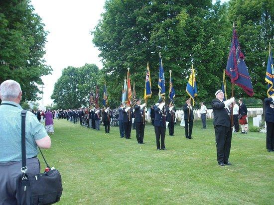 Cimetière Militaire Britannique : Standing to attention