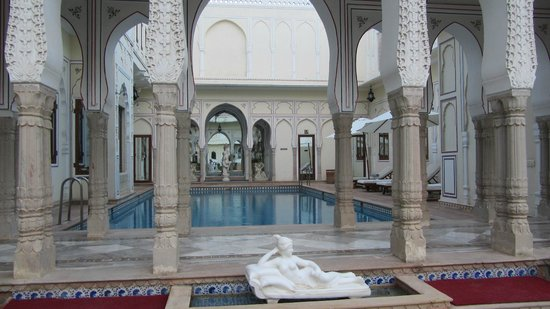 The Raj Palace Grand Heritage Hotel : La piscine