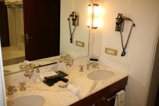 The Raj Palace Grand Heritage Hotel: La salle de bain de la chambre 214