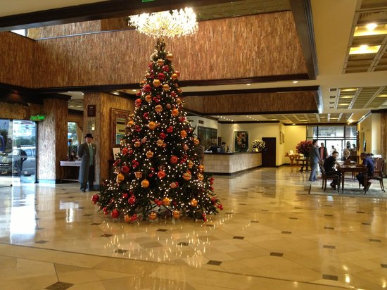 Swissotel Quito: Christmas tree in lobby--dozens of roses everywhere!