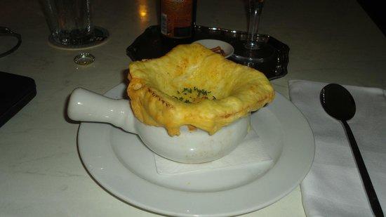 Taste of Belgium Restaurant: Sopa de cebola com cobertura de pão e queijo