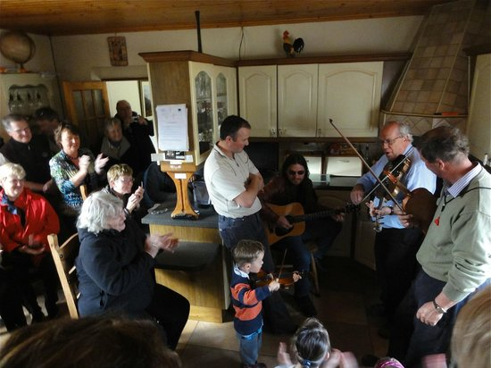 Drumcorroy House B&B: fiddling in the kitchen