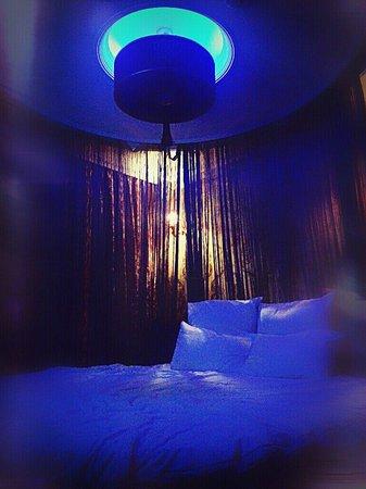 Salinas Istanbul Hotel: Подсветка номера  Люкс в темное время суток.