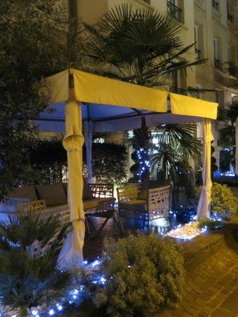 Hotel Les Jardins du Marais: inside garden