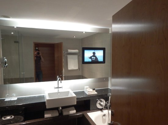 Sofitel London Heathrow : TV in the bathroom - 5*****