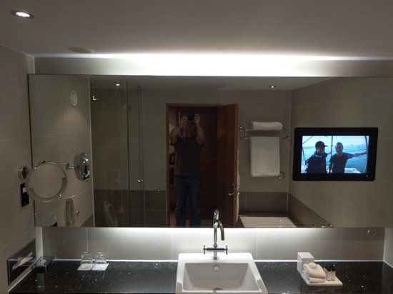 Sofitel London Heathrow : TV in the bathroom - 5*****