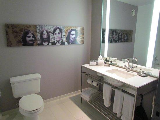 Hard Rock Hotel Chicago: beatles na parede do banheiro