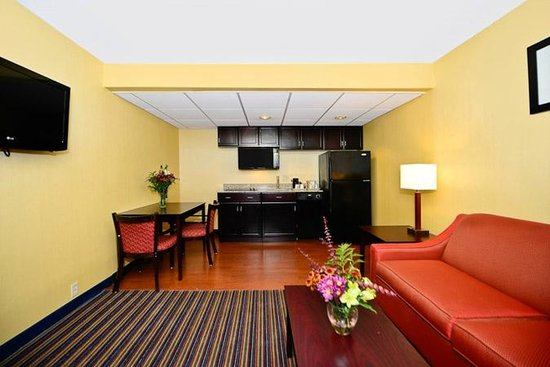 Comfort Inn & Suites East Hartford: King suite (w. full kitchen)