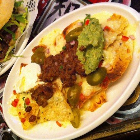 Tribeca Music Bar: Nachos con queso, chili con carne, jalapeños, crema agria y guacamole casero.