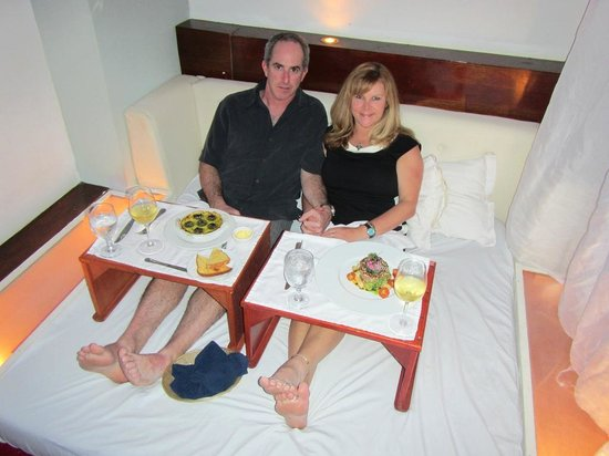 Screaming Eagle: dinner in bed