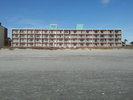 Blockade Runner Motor Inn: Beach looking toward motel