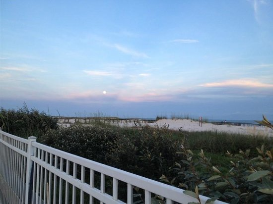Gulf Shores Plantation: View of beach from pool
