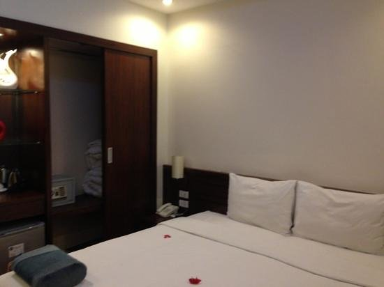 Rising Dragon Legend Hotel: room 403 with comfy bed and large safe