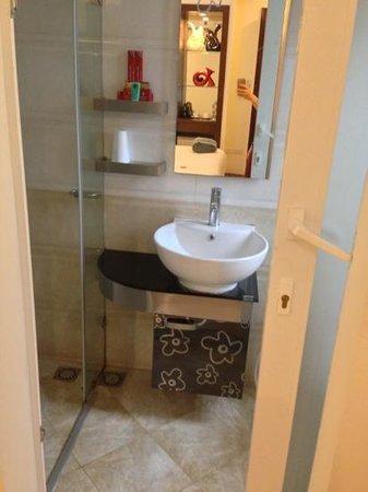 Rising Dragon Legend Hotel: room 403 bathroom