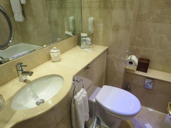 The Montague on The Gardens: Bathroom