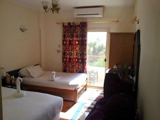 New Memnon Hotel: Habitación muy soleada y tranquila