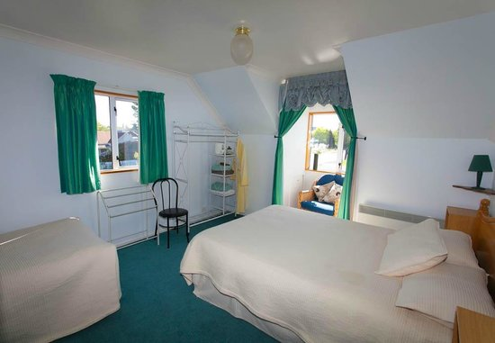 Skibo house B&B: queen bedroom with single bed