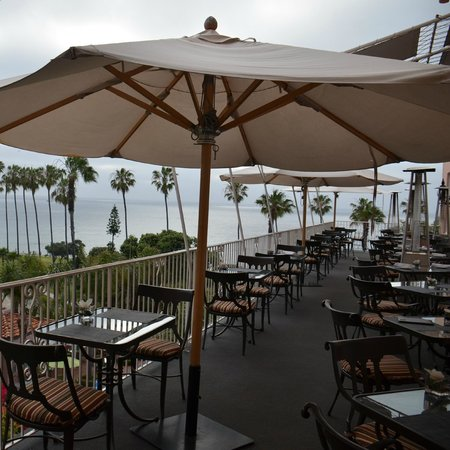 La Valencia Hotel : outdoor cafe