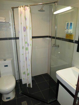 Kunming upland International Youth Hostel: Small bathroom with inadequate shower curtain!