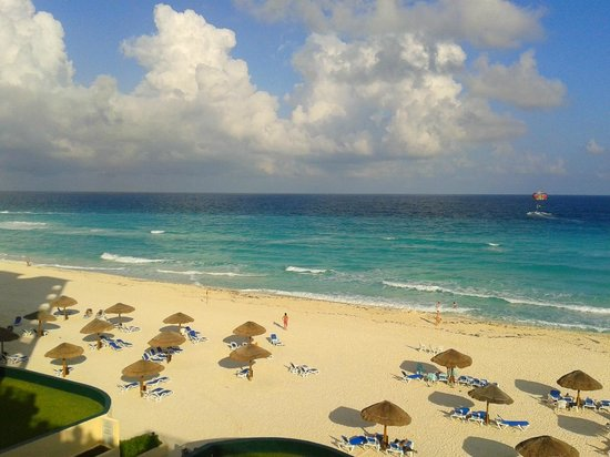 The Royal Caribbean: Praia em frente ao hotel