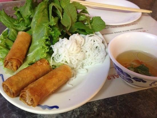 Pho Minh Thu: 薄暗いお店で入るのを一旦ためらいながらも意を決して入店。まさに食堂という感じでしたが、味は最高。揚げ春巻とフォーを食べました。